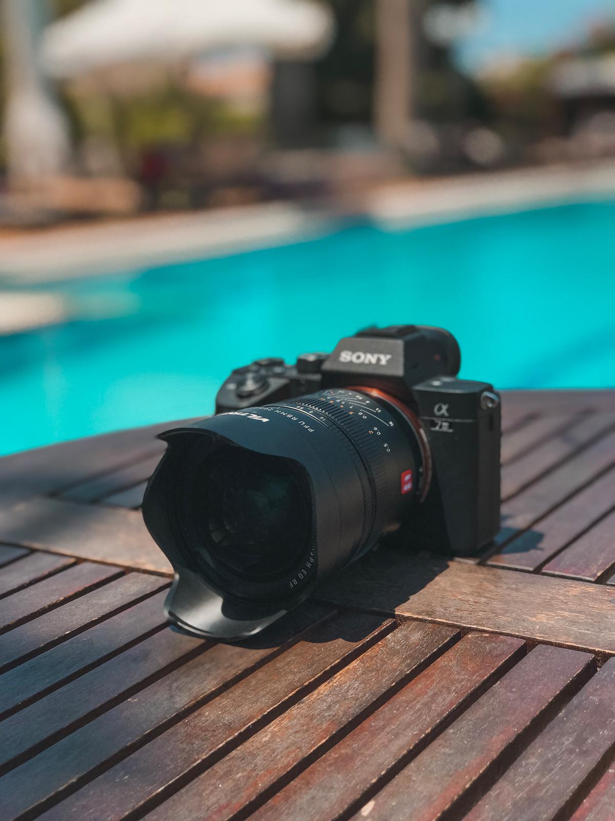 Viltrox PFU RBMH 20mm f/1.8 Sony FE - obiektyw z pełnoklatkowym korpusem Sony A7 III